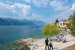 Italy, Veneto, Lake Garda, Brenzone sul Garda: strolling the lakeside promenade | Italien, Venetien, Gardasee, Brenzone sul Garda: die Seepromenade laedt zum Spazieren gehen ein