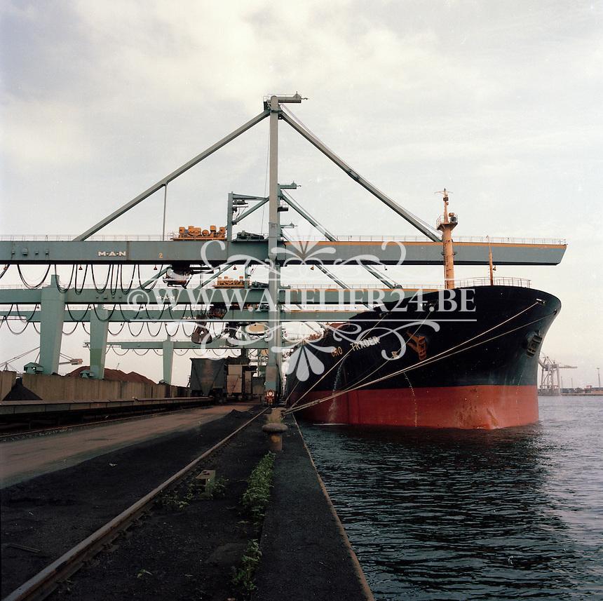 Juli 1986. Stocatra in de haven van Antwerpen. Schip oro Trader.