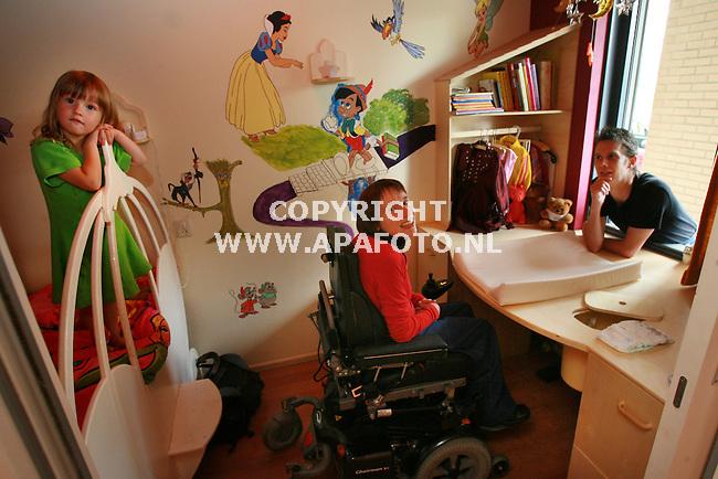 Arnhem, 250806<br /> John Moonen (rechts) maakt kindermeubels aangepast voor gehandicapten. Joy van der Stel in de rolstoel zit achter/onder een aangepaste commode in de kamer van Star Moonen. Star (links) staat in haar door John gemaakte bed (niet speciaal aangepast voor Joy). <br /> Foto: Sjef Prins - APA Foto