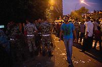 EGITTO, IL CAIRO 9/10 settembre 2011: assalto all'ambasciata israeliana. Migliaia di manifestanti egiziani, ancora infuriati per l'uccisione di cinque guardie di frontiera egiziane da parte dell'esercito israeliano, hanno fatto irruzione nella sede diplomatica israeliana e sono stati poi sgomberati da esercito e polizia egiziana. Nell'immagine: manifestanti e polizia egiziana in strada la sera delle proteste.<br /> Egypt attack to the Israeli embassy  Attaque à l'ambassade israelienne Caire