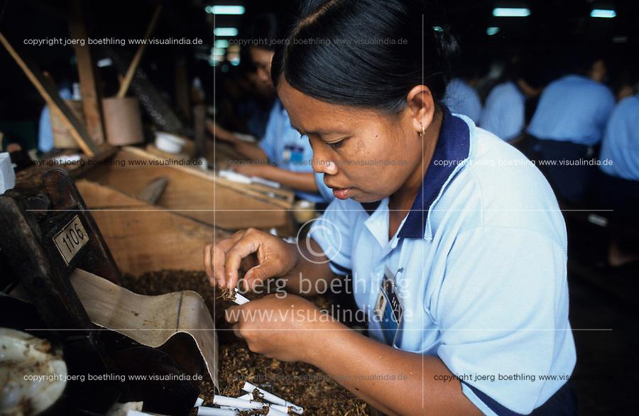 INDONESIA Java Jember, women work in cigarette factory, production of cloves cigarette Kretek, hand rolling / INDONESIEN Java, Jember, Frauen arbeiten in Zigaretten Fabrik, Herstellung von Nelkenzigaretten Kretek, Zigaretten werden per Hand gerollt