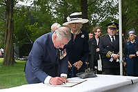 Image 3 de 18<br /> Son Altesse Royale le prince de Galles signe le Livre d'Or du Mémorial terre-neuvien à Beaumont-Hamel.<br /> <br /> Photo : Julien Faure