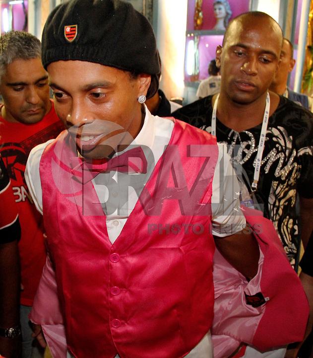 RIO DE JANEIRO, RJ, 07 DE MARÇO DE 2011 - CARNAVAL RJ - MANGUEIRA- Ronaldinho Gaucho é visto antes do desfile da Mangueira no primeiro dia de Desfile das Escolas de Samba do Grupo Especial do Rio de Janeiro, na Marquês de Sapucaí (Sambódromo), no centro da cidade, na madrugada desta segunda-feira (7). (FOTO: VANESSA CARVALHO / NEWS FREE).