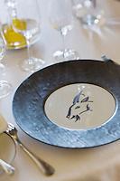 Europe/France/Provence-Alpes-Côte d'Azur/06/Alpes-Maritimes/ Eze-Village: Restaurant: La Chèvre d'Or -détail vaisselle d'une table dressée