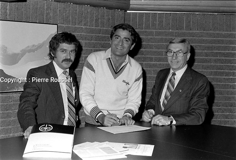Michel Louvain et le propriétaire du cabaret chez Gerard, Gerard Thibault<br /> , vers 1980<br /> <br /> Photographe : Jacques Thibault<br /> <br /> <br /> - Agence Quebec Presse