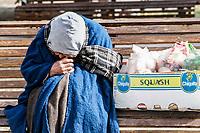 Anciana, vendedora ambulante. Frio