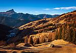 Italien, Suedtirol (Trentino - Alto Adige), Gadertal, oberhalb Wengen: Blick ueber Wengen, im Hintergrund die Puez-Geisler-Gruppe mit dem Gipfel Peitlerkofel (Sass de Putia) | Italy, South Tyrol (Trentino - Alto Adige), Val Badia, above La Valle: view across La Valle to Puez-Geisler-Group with summit Peitlerkofel (Sass de Putia)