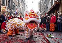 Nederland Amsterdam 2018. Chinees Nieuwjaar viering. In Amsterdam Chinatown wordt twee keer per jaar Nieuwjaar gevierd : op de eerste winkeldag na 1 januari en tijdens het officiele Chinese Nieuwjaar , dat een paar weken later plaatsvindt. Tijdens de viering van Chinees Nieuwjaar worden er leeuwendansen opgevoerd . Leeuw op de Zeedijk.  Foto Berlinda van Dam / Hollandse Hoogte
