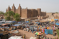 MALI Djenne , Markt vor Grosser Moschee, das Monument aus Lehm ist UNESCO Weltkulturerbe / MALI Djenne , market infront of Grand Mosque build from clay is UNESCO world heritage