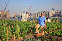 Andrew Coté, 38 years old, from 4 generations of beekeepers, in the apiary in the new organic farm set up on a roof by Ben Flanner in Greenpoint, Brooklyn, just across from Manhattan. http://rooftopfarms.org/ With 300m2 of garden, the farm is counting on rapidly expanding to 1200m2; henhouses are being considered.