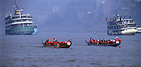 """Yangtze-Fluss in der Provinz Hubei / China<br /> Die chinesische Regierung plant in der Provinz Hubei den Yangtze-Fluss mit einem Staudamm zur Stromgewinnung aufzustauen. Dabei werden ca. 3 Millionen Menschen umgesiedelt.<br /> Hier: Traditionelle Drachenboote auf dem Yangtze-Fluss im """"Drei Schluchten-Nationalpark"""".<br /> 1992, Zigui, Provinz Hubei / China<br /> Copyright: Christian-Ditsch.de<br /> [Inhaltsveraendernde Manipulation des Fotos nur nach ausdruecklicher Genehmigung des Fotografen. Vereinbarungen ueber Abtretung von Persoenlichkeitsrechten/Model Release der abgebildeten Person/Personen liegen nicht vor. NO MODEL RELEASE! Nur fuer Redaktionelle Zwecke. Don't publish without copyright Christian-Ditsch.de, Veroeffentlichung nur mit Fotografennennung, sowie gegen Honorar, MwSt. und Beleg. Konto: I N G - D i B a, IBAN DE58500105175400192269, BIC INGDDEFFXXX, Kontakt: post@christian-ditsch.de<br /> Urhebervermerk wird gemaess Paragraph 13 UHG verlangt.]"""