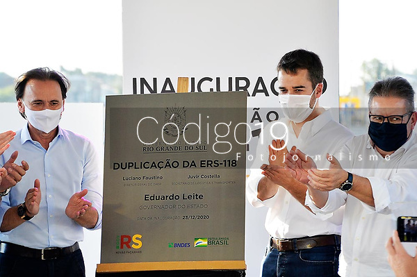 SAPUCAIA DO SUL, RS, 23/12/2020 - GOVERNADOR - RODOVIA  - Após 20 anos de atraso na conclusão, o governador Eduardo Leite (PSDB) inaugura a duplicação da rodovia estadual ERS-118, que interliga o anel rodoviário de cidades da região metropolitana com Porto Alegre, durante cerimônia realizada no km 4,2 próximo à rodovia, em Sapucaia do Sul, nesta quarta-feira (23).