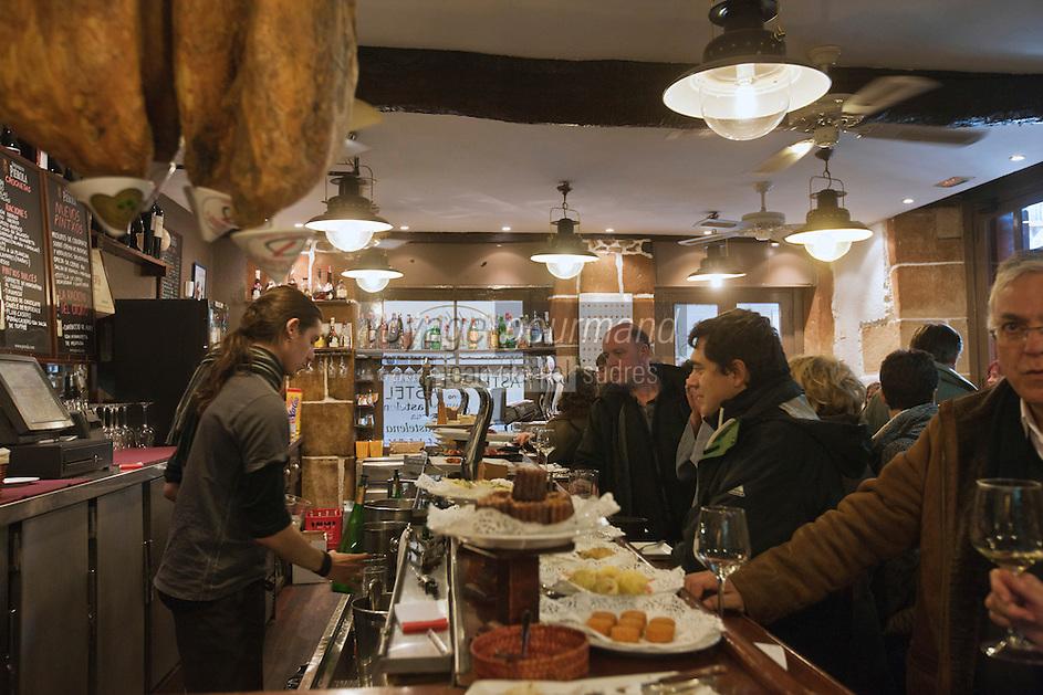 Europe/Espagne/Pays Basque/Saint-Sébastien:  Bar à Tapas - Taverna Astelena dans le quartier Viejo