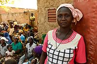 BURKINA FASO, Kaya, IDP Fluechtlinge,  nach Attacken durch islamistische Terroristen auf das Dorf Dablo haben sie im Haus von Idrissa Jean Bruno OUÉDAROGO (« Papa Jean ») Zuflucht gefunden, Frau Marie SAWADOGO, sie war am Tag des Überfalls in DABLO am 12. Mai 2019 in der Kirche
