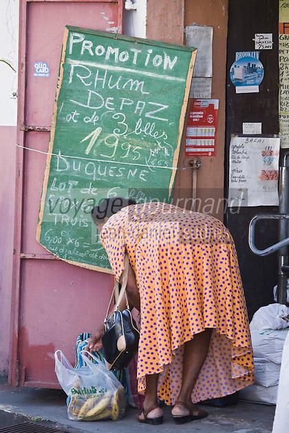 France/DOM/Martinique/ Saint-Pierre: Femme finissant ses courses un jour  de marché