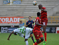 TUNJA -COLOMBIA, 21-02-2016. John M. Riascos (Izq) jugador de Boyacá Chicó disputa el balón con Javier Lopez (Der) jugador de Rionegro Águilas durante partido por la fecha 5 Liga Águila I 2016 realizado en el estadio La Independencia en Tunja. / John M. Riascos (L) player of Boyaca Chico fights for the ball with Javier lopez (R) player of Rionegro Aguilas during match for the date 5 of Aguila League I 2016 played at La Independencia stadium in Tunja. Photo: VizzorImage/César Melgarejo/Cont