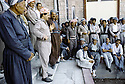 Irak 1991 A Rowanduz, Masoud Barzani parlant à des notables de Kirkouk  Iraq 1991  In Rowanduz, Masoud Barzani with Kirkuki personnalities