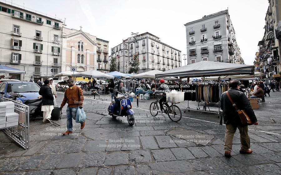 - NAPOLI 28 NOV 2014 -   mercato ambulanti  porta capuana