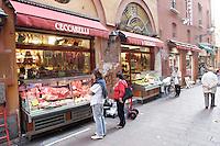 Negozi di alimentari nella zona di via delle Drapperie a Bologna.<br /> Food shops in via delle Drapperie, Bologna.<br /> UPDATE IMAGES PRESS/Riccardo De Luca