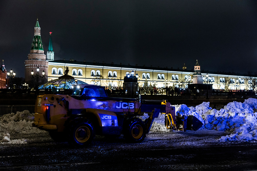 29/12/2019, Moscow, Russia.<br /> A JCB mechanical shovel lays artificial snow in front of the Kremlin. Moscow, which is usually snowbound at this time of year, has had the warmest December in 133 years, and authorities have resorted to delivering truckloads of artificial snow in advance of the New Year celebrations.