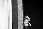 """Lecce - Una zingara chiede l'elemosina a chi entra nella Chiesa di Sant'Irene. - Progetto """"Margini"""""""