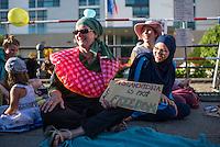 """Protest gegen das Burkini-Verbot in Frankreich.<br /> Muslimische und nicht-muslimische Frauen protestierten am Donnerstag den 25. August 2016 in Berlin mit einer """"Beach-Party gegen Rassismus"""" vor der Franzoesischen Botschaft gegen das Verbot der muslimischen Badebekleidung """"Burkini"""".<br /> In Frankreich war wenige Tage zuvor eine muslimische Frau am Strand von Polizeibeamten unter dem Applaus von umstehenden Badegaesten gezwungen worden ihre Strandbekleidung auszuziehen.<br /> Rechts im Bild: Larissa aus aus Berlin hat sich fuer diesen Protest einen Original Burkini angezogen.<br /> 25.8.2016, Berlin<br /> Copyright: Christian-Ditsch.de<br /> [Inhaltsveraendernde Manipulation des Fotos nur nach ausdruecklicher Genehmigung des Fotografen. Vereinbarungen ueber Abtretung von Persoenlichkeitsrechten/Model Release der abgebildeten Person/Personen liegen nicht vor. NO MODEL RELEASE! Nur fuer Redaktionelle Zwecke. Don't publish without copyright Christian-Ditsch.de, Veroeffentlichung nur mit Fotografennennung, sowie gegen Honorar, MwSt. und Beleg. Konto: I N G - D i B a, IBAN DE58500105175400192269, BIC INGDDEFFXXX, Kontakt: post@christian-ditsch.de<br /> Bei der Bearbeitung der Dateiinformationen darf die Urheberkennzeichnung in den EXIF- und  IPTC-Daten nicht entfernt werden, diese sind in digitalen Medien nach §95c UrhG rechtlich geschuetzt. Der Urhebervermerk wird gemaess §13 UrhG verlangt.]"""