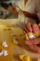 Europe/Italie/Emilie-Romagne/Bologne : Préparation artisanale des Tortellinis