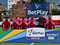 ENVIGADO-COLOMBIA, 25-10-2020: Jugadores de Envigado F. C., posan para una foto, antes de partido entre Envigado F. C., y Alianza Petrolera de la fecha 16 por la Liga BetPlay  DIMAYOR 2020, en el estadio Polideportivo Sur de la ciudad de Envigado. / Players of Envigado F. C., pose for a photo, prior a match between Envigado F. C., and Alianza Petrolera of the 16th date  for the BetPlay DIMAYOR League 2020 at the Polideportivo Sur stadium in Envigado city. Photo: VizzorImage / Luis Benavides / Cont.