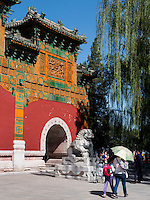 Pailou-Ehrentor im BeiHai Park, Peking, China, Asien<br /> Pailou Gate of honor in Beihai Park, Beijing, China, Asia