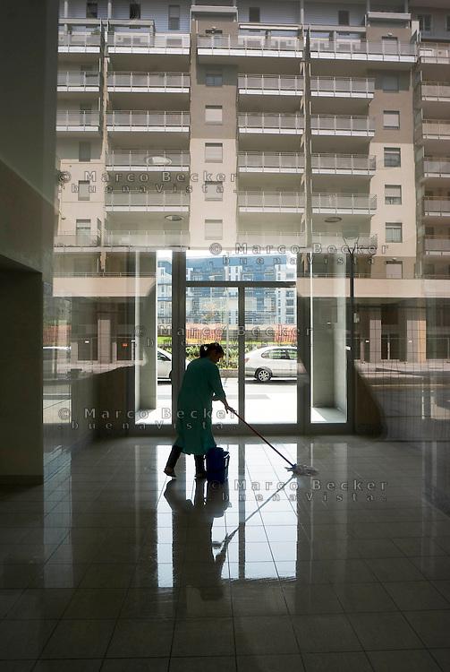 milano, nuovo quartiere rogoredo - santa giulia, periferia sud-est. una donna delle pulizie --- milan, new district rogoredo - santa giulia, south-east periphery. a cleaning woman