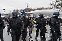 """Sogenannten """"Querdenker"""" sowie verschiedene rechte und rechtsextreme Gruppen hatten fuer den 18. November 2020 zu einer Blockade des Bundestag aufgerufen. Sie wollten damit verhindern, dass es """"eine Abstimmung ueber das Infektionsschutzgesetz"""" gibt - unabhaengig ob es diese Abstimmung tatsaechlich gibt.<br /> Bereits in den Morgenstunden versammelten sich ca. 2.000 Menschen, wurden durch Polizeiabsperrungen jedoch gehindert zum Reichstagsgebaeude zu kommen. Sie versammelten sich daraufhin u.a. vor dem Brandenburger Tor.<br /> Im Bild: Festnahme eines gewalttaetigen Demonstranten.<br /> 18.11.2020, Berlin<br /> Copyright: Christian-Ditsch.de"""