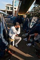 """Roma / Italia - 12/2011.Uno dei giovani profughi provenienti dall'Afghanistan accampati presso il binario 15 della Stazione Ostiense, nel centro della capitale..Essendo tutti minori non accompagnati, ho reso irriconoscibili i loro volti al fine di salvaguardare la loro identità e sicurezza. Le persone a volto scoperto sono i mediatori culturali della Associazione """"Albero della vita"""" che mi hanno autorizzato alla pubblicazione delle immagini..Foto Livio Senigalliesi"""
