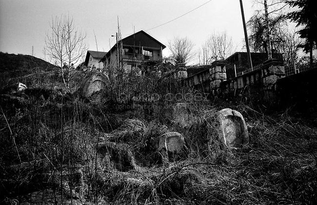 BOSNIA-HERZEGOVINA, Sarajevo, March 2003..10 years after the end of the war, I came for the first time in Sarajevo. I have in mind the images of the besieged city. The daily death, the impotence and the guilty inaction of the international community, the sad spectacle of a war in Europe. 10 years later, I walk the streets obsessed with the scars of war..Graves in the Jewish cemetery..BOSNIE-HERZEGOVINE, Sarajevo, Mars 2003..10 ans après la fin de la guerre, j'arrive pour la première fois à Sarajevo. J'ai encore en tête les images de la ville assiégée. La mort quotidienne, l'impuissance voire l'inaction coupable de la communauté internationale, le spectacle désolant d'une guerre en Europe. 10 après, je déambule dans les rues obsédé par les stigmates de la guerre..Tombes dans le cimetière juif..© Bruno Cogez