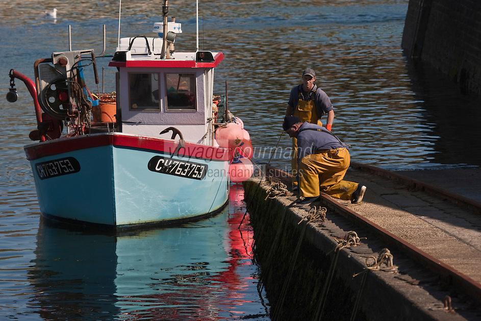 Europe/France/Basse-Normandie/50/Manche/Presqu'Ile du Cotentin/Cap de la Hague/Auderville/Goury: Pêcheurs de retour au petit port de Goury