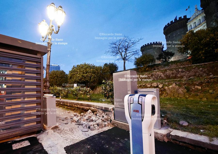 - NAPOLI  13  FEB    2014 - Piazza Municipio, colonnine per la ricarica dei veicoli elettrici via Riccardo Filangieri di Candida Gonzaga, (Cavalli di Bronzo)