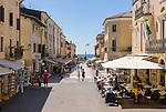 Italy, Veneto, Lake Garda, Bardolino: strolling, eating out and shopping at Piazza Giacomo Matteotti | Italien, Venetien, Gardasee, Bardolino: Flanieren, Essen und Einkaufen auf der Piazza Giacomo Matteotti