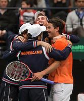 12-02-12, Netherlands,Tennis, Den Bosch, Daviscup Netherlands-Finland, Jesse Huta Galung  wordt omhelst door zijn teamleden nadat hij de stand op 4-0 heeft gebracht