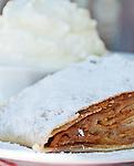 Austria: apple strudel with whipped cream | Oesterreich: Apfelstrudel mit Schlagsahne