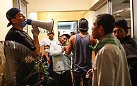 """Migrantes  acceden al area de baños para el aseo personal..  <br /> <br /> Migrantes reciben atención medica, alimentación, aseo personal y un lugar para descansar en el comedor Comunitario de la Colonia San Luis de Hermosillo Sonora.<br /> <br /> La Caravana del Migrante con un contingente de alrededor de 600 personas en su mayoría de origen centroamericano, arribo a Hermosillo Sonora a bordo del tren conocido como """"La Bestia"""", provienen de la frontera Sur del País y con rumbo a la ciudad de Mexicali donde continuaran el viaje hasta Tijuana.<br /> La caravana tiene como objetivo solicitar <br /> asilo a Estados Unidos y algunos integrantes piensan solicitar una visa humanitaria en México para laborar en los campos de Sonora y Baja California.<br /> (Photo: AP/Luis Gutiérrez)"""