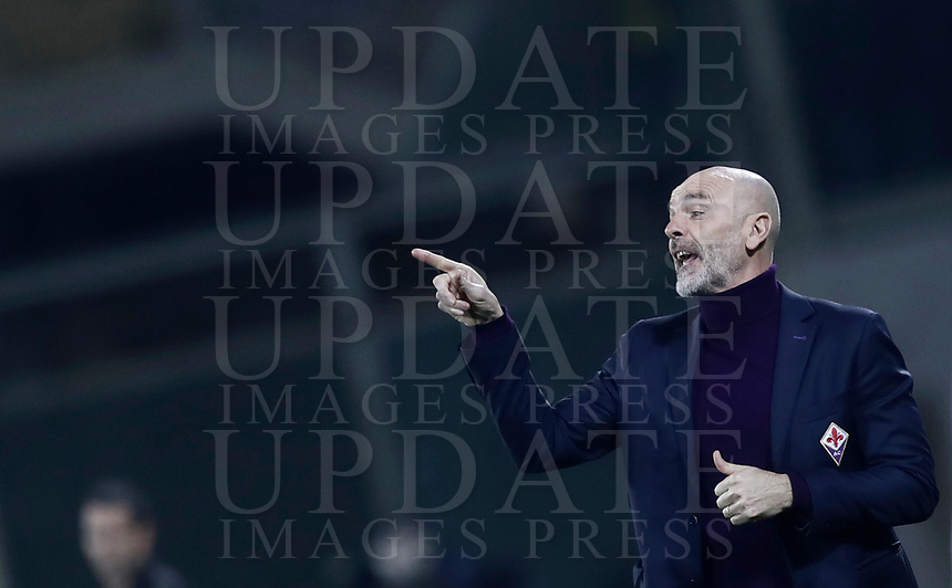 Calcio, Serie A: Fiorentina - Inter, stadio Artemio Franchi Firenze 5 gennaio 2018.<br /> Fiorentina's coach Stefano Pioli speaks to his players during the Italian Serie A football match between Fiorentina and Inter Milan at Florence's Artemio Franchi stadium, January 5 2018.<br /> UPDATE IMAGES PRESS/Isabella Bonotto