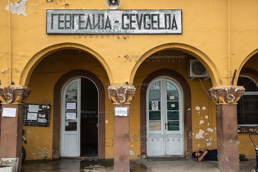 Stazione di Gevgelija un migrante dorme per terra.<br /> Gevgeljia station, a migrant sleeping