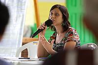 Professora Flávia Scabin da Fundação Getúlio Vargas Vila São João Batista, no igarapé do Macaco, local do III Encontrão.<br /> <br /> Com a criação da Convenção sobre Diversidade Biológica - CDB -  tratado da Organização das Nações Unidas,  e a ratificação do protocolo de Nagoia em  2010,   se inicia um processo de organização para os  Povos e Comunidades Tradicionais em  busca de maior  qualidade de vida não apenas na Amazônia, mas em todo  mundo. <br /> <br /> Assim, em dezembro de 2013 a Rede Grupo de Trabalho Amazônico – GTA, em parceria com a Regional GTA/Amapá, o Conselho Comunitário do Bailique, Colônia de Pescadores Z-5, IEF, CGEN/DPG/SBF/MMA, juntamente com 36 comunidades do Arquipélago do Bailique, inicia o processo de criação do primeiro protocolo comunitário na Amazônia, instrumento que regula relações comerciais amparado por leis ambientais, estabelecendo o mercado justo, proteção da biodversidade,  entre outros . <br /> <br /> Desta forma, após dezenas de encontros, debates e oficinas,  as Comunidades Tradicionais do Bailique, articuladas pelo GTA,  se reuniram durante os dias 26, 27 e 28 de fevereiro, onde os moradores, em assembléia geral ordinária, definiram sua personalidade jurídica   criando uma associação para atuação comercial, votando seu estatuto e estabelecendo os diversos grupos de trabalho necessários para a gestão do Protocolo Comunitário.<br /> <br /> O encontro na comunidade São João Batista no furo do macaco(igarapé que dá acesso a vila), foz do Amazonas, recebeu cerca de 100 lideranças de 28 comunidades  nestes dias , que chegavam de barcos e canoas acompanhados por suas famílias<br /> <br /> Durante o debate,  representantes  do Ministério do Meio Ambiente, Ministério Público Federal, Fundação Getúlio Vargas, Embrapa e Conab esclareciam dúvidas e indicavam caminhos para fortalecer o primeiro protocolo comunitário na Amazônia.<br /> Arquipélago do Bailique, Vila São João Batista, Macapá, Amapá, Brasil.<br /> Foto Paulo Santos<br /> 27