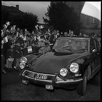 Puy l'Evêque (Lot). 12 au 16 Octobre 1966. Vue de l'arrivée de la princesse du Danemark en voiture.