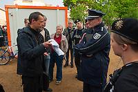 Fluechtlinge und Unterstuetzer versuchen ein Informationszelt auf dem Oranienplatz aufzubauen.<br /> Am Dienstag den 22. April 2014 versuchten Fluechtlinge und Unterstuetzer zum zweiten Mal ein zugesagtes Informationszelt auf dem Oranienplatz in Berlin-Kreuzberg aufzubauen. Sie hatten dafuer eine Sondernutzungsgenehmigung sowie ein Schreiben der Senatorin fuer Soziales und Integration, Dilek Kolat dabei. Die Polizei verhindetre dennoch den Aufbau, da sie der Meinung war, diese Genehmigung und das Senatosschreiben haetten keine Bedeutung fuer den Aufbau. Wenige Tage zuvor hatte die Polizei den Zeltaufbau mit der Begruendung verhindert, die Masse seien 1m zu gross.<br /> Im Bild: Dirk Stegemann (links) versucht mit dem Abschnittsleiter eine Einigung zu erzielen, die der Polizeibeamte trotz Vorlage der Sondernutzungsgenehmigung Polizeibeamte verweigert.<br /> 22.4.2014, Berlin<br /> Copyright: Christian-Ditsch.de<br /> [Inhaltsveraendernde Manipulation des Fotos nur nach ausdruecklicher Genehmigung des Fotografen. Vereinbarungen ueber Abtretung von Persoenlichkeitsrechten/Model Release der abgebildeten Person/Personen liegen nicht vor. NO MODEL RELEASE! Don't publish without copyright Christian-Ditsch.de, Veroeffentlichung nur mit Fotografennennung, sowie gegen Honorar, MwSt. und Beleg. Konto:, I N G - D i B a, IBAN DE58500105175400192269, BIC INGDDEFFXXX, Kontakt: post@christian-ditsch.de<br /> Urhebervermerk wird gemaess Paragraph 13 UHG verlangt.]