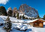 Italien, Suedtirol (Trentino - Alto Adige), Groednertal oberhalb von Wolkenstein an der Sellajoch Passstrasse:  Huette vorm Langkofel (3.181 m) | Italy, South Tyrol (Trentino - Alto Adige), Dolomites, above Selva di Val Gardena: hut and Sasso Lungo mountain at Sella Pass Road