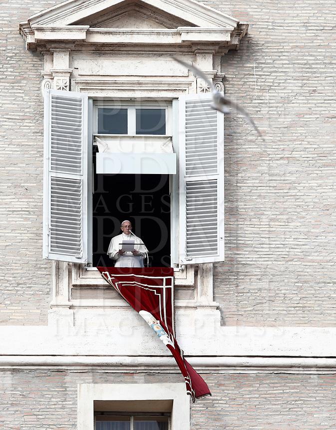 Papa Francesco recita l'Angelus domenicale affacciato su piazza San Pietro dalla finestra del suo studio. Citta' del Vaticano, 12 novembre, 2017.<br /> Pope Francis recites the Sunday Angelus noon prayer from the window of his studio overlooking St. Peter's Square, at the Vatican, on November 12, 2017.<br /> UPDATE IMAGES PRESS/IsabellaBonotto<br /> <br /> STRICTLY ONLY FOR EDITORIAL USE