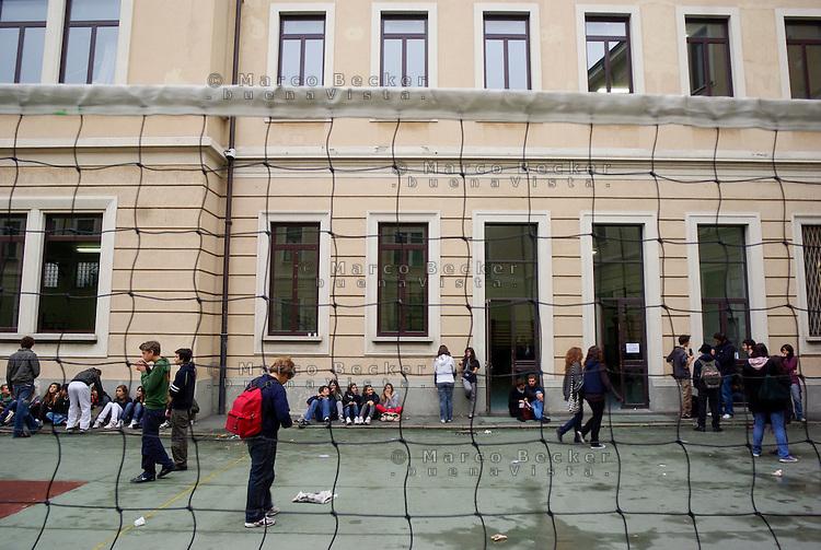 Milano, cortile del liceo Manzoni --- Milan, Manzoni high school. The yard