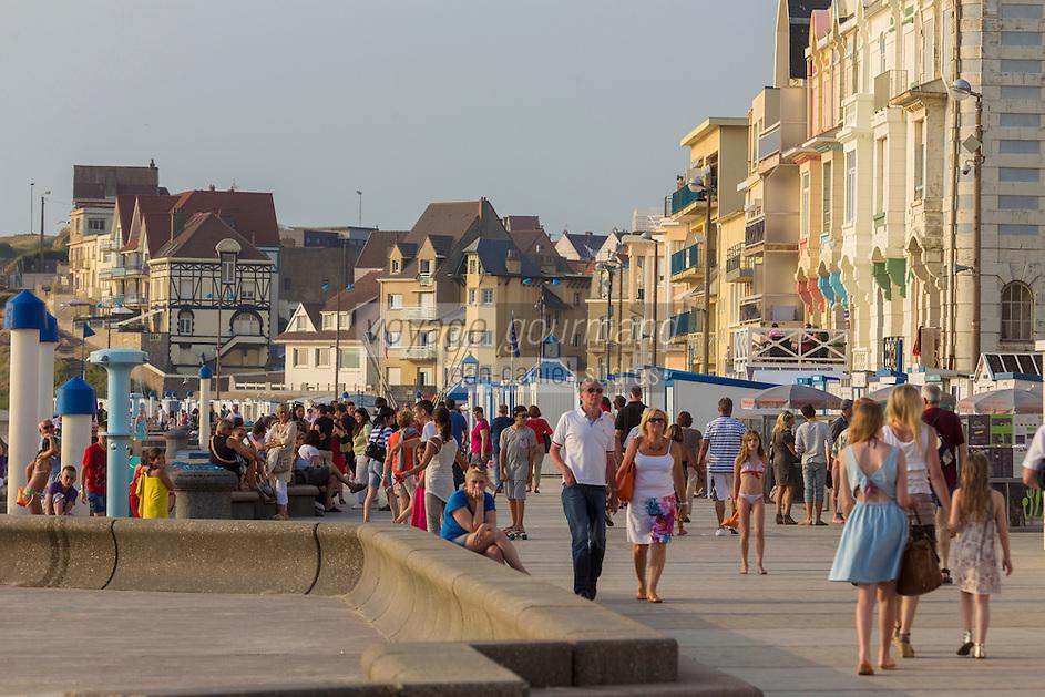 France, Pas-de-Calais (62), Côte d'Opale, Wimereux, station balnéaire: Le front de mer // France, Pas de Calais, Cote d'Opale (Opal Coast), Wimereux, seaside resort  - The waterfront