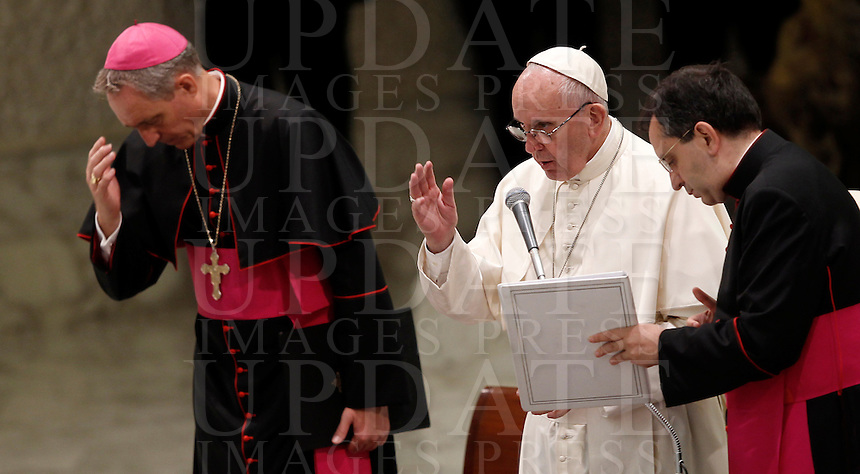 Papa Francesco benedice i fedeli al termine dell'udienza generale del mercoledi' in aula Paolo VI, Citta' del Vaticano, 3 agosto 2016.<br /> Pope Francis blesses faithful at the end of his weekly general audience in the Paul VI hall at the Vatican, 3 August 2016.<br /> UPDATE IMAGES PRESS/Isabella Bonotto<br /> <br /> STRICTLY ONLY FOR EDITORIAL USE