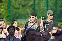 """Auf einer Buergerversammlung mit ca. 500 Teilnehmern im Berliner Plattenbaubezirk Hellersdorf entlud sich am Dienstag den 9. Juli 2013 der blanker Rassismus gegen eine geplante Unterkunft fuer syrische Buergerkriegsfluechlinge. Etwa 2/3 Anwesende aeusserten, es solle """"zuerst was fuer Deutsche getan werden"""", """"das Heim anzuenden"""", """"Wer sein Heimatland verlaesst ist ein Verraeter"""", """"Wer denkt an unsere Kinder"""" und aehnliche Parolen gegen das Fluechtlingsheim. Veranstaltungsteilnehmer, die Verstaendnis fuer die Buergerkriegsfluechtlinge aeusserten, wurden niedergebruellt.<br />Links im Bild: Christian Benz, Anti-Antifa-Fotograf der Berliner Neonaziszene.<br />9.7.2013, Berlin<br />Copyright: Christian-Ditsch.de<br />[Inhaltsveraendernde Manipulation des Fotos nur nach ausdruecklicher Genehmigung des Fotografen. Vereinbarungen ueber Abtretung von Persoenlichkeitsrechten/Model Release der abgebildeten Person/Personen liegen nicht vor. NO MODEL RELEASE! Don't publish without copyright Christian-Ditsch.de, Veroeffentlichung nur mit Fotografennennung, sowie gegen Honorar, MwSt. und Beleg. Konto:, I N G - D i B a, IBAN DE58500105175400192269, BIC INGDDEFFXXX, Kontakt: post@christian-ditsch.de<br />Urhebervermerk wird gemaess Paragraph 13 UHG verlangt.]"""